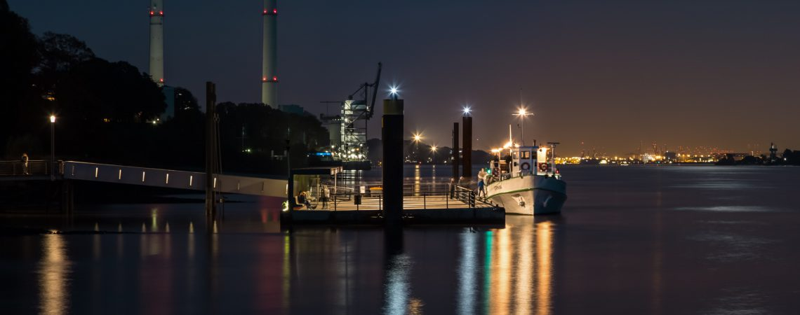MS Germania am Anleger Wedel bei Nacht
