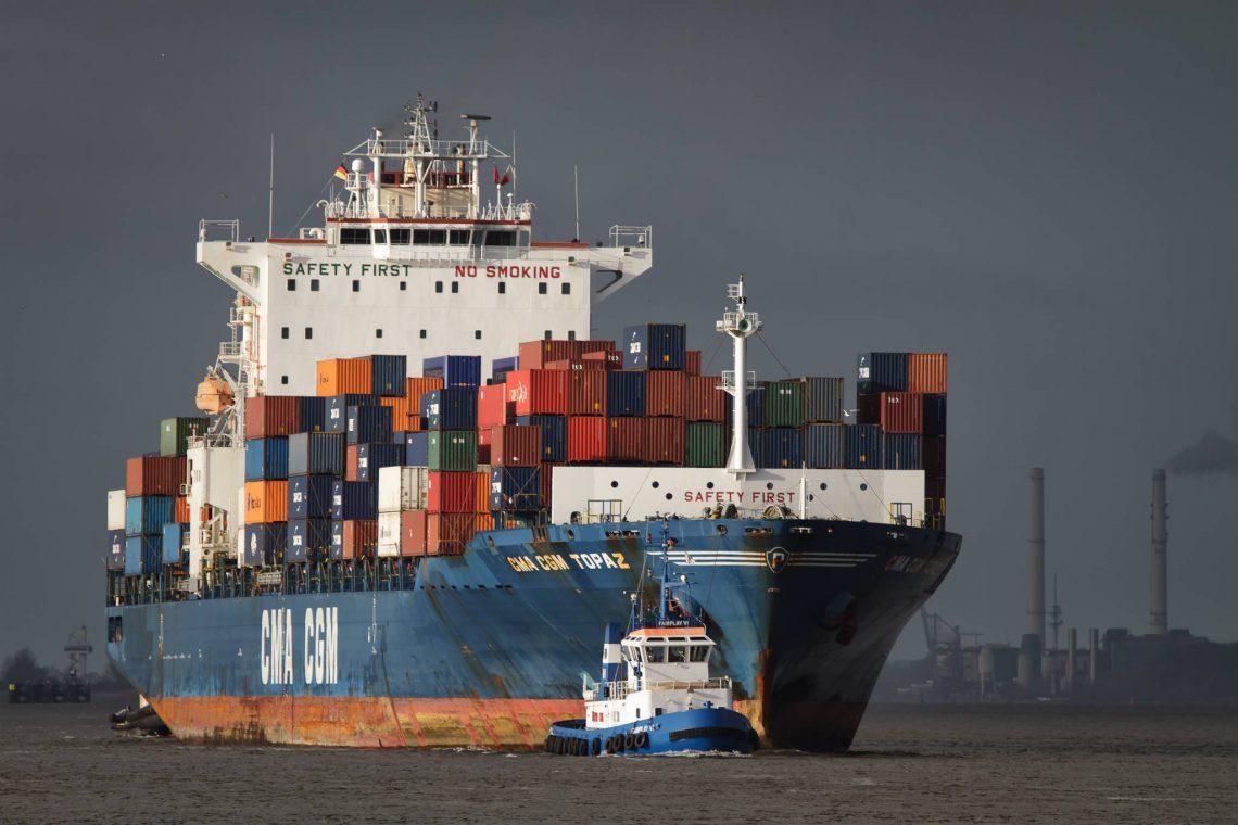 CGA-CGM Topaz beim Einlaufen in den Hamburger Hafen