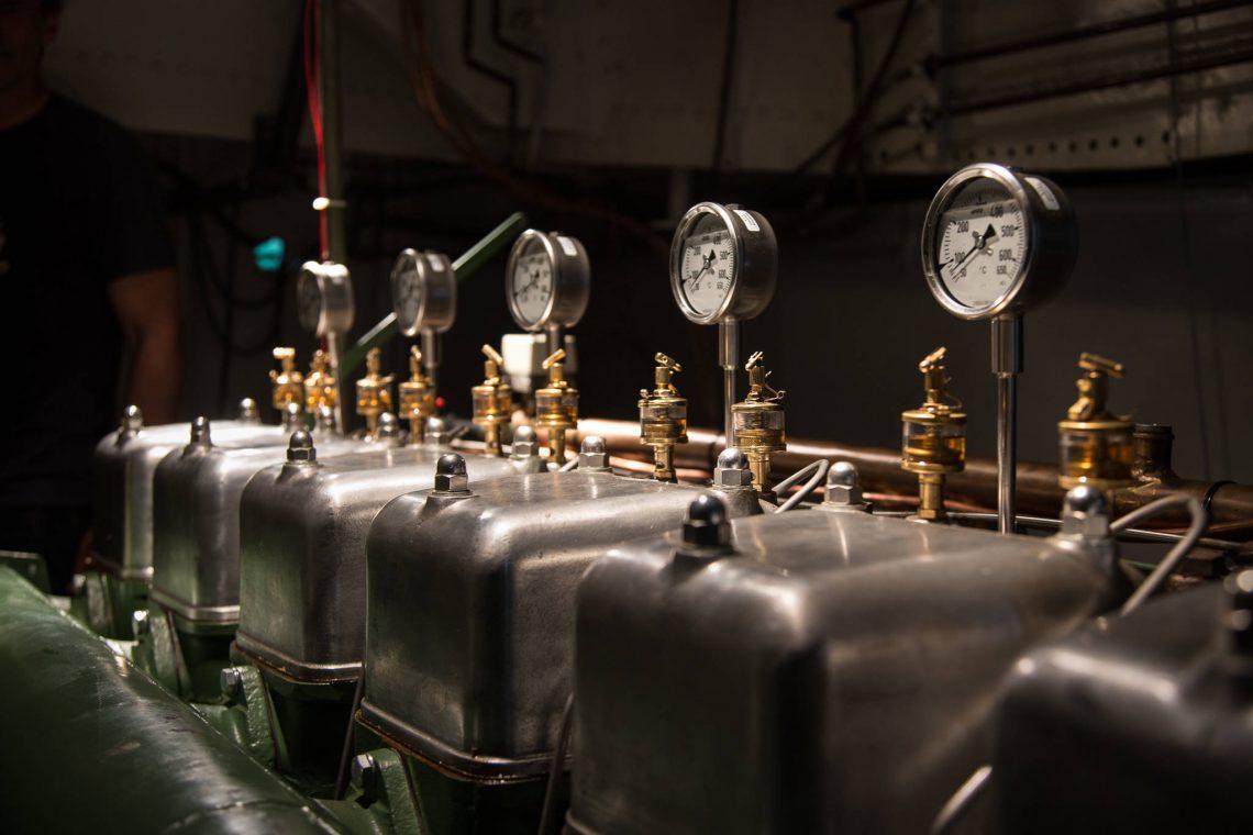 6-Zylinder Diesel - Alles glänzt und wenn die Maschine läuft, schnurrt sie in schönem Gleichtakt.
